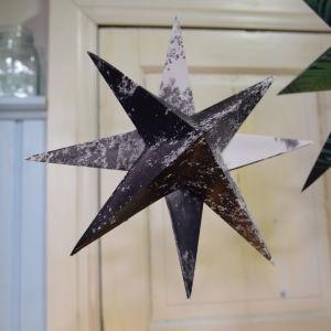 Handgjord pappersstjärna hänger i taket i Strömsös kök.