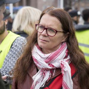 Outi Pop turvapaikanhakijoiden mielenosoitus Rautatientorilla.