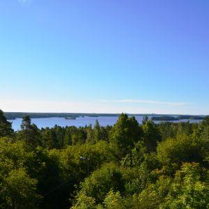 Utsikten från Kuckostenens utsiktstorn. Lovisaviken och holmar.