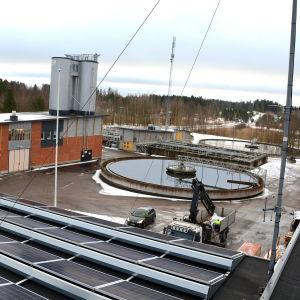 Vy högt upp i från över vattenreningsverk med bassänger