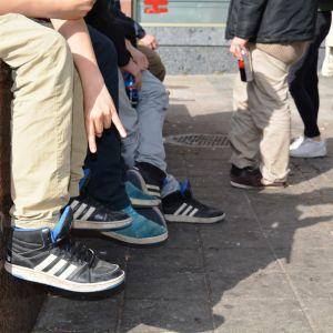Unga hänger på stan