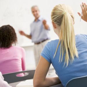 (Lärare i klassrum - arkivbild)