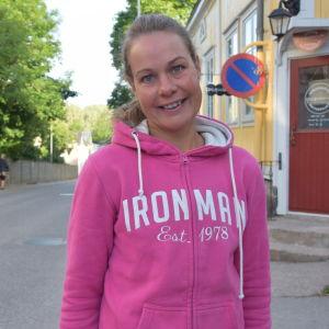 En kvinna i rosa kläder, hon heter Henrika Backlund.