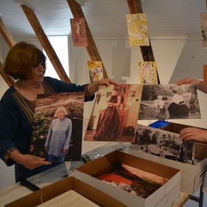 Elina Sorainen visar upp fotografier av Tove Jansson