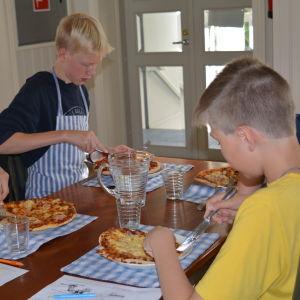 Pojkar äter pizza i Strömborgska skolan i Borgå