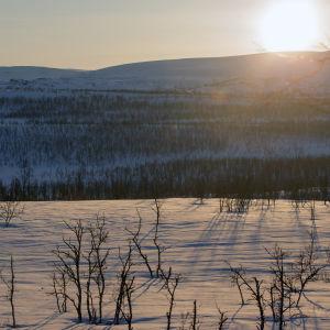 Aurinko nousee tunturien takaa Kilpisjärvellä toukokuussa.
