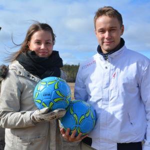 Kvinna och man håller i varsin boll.