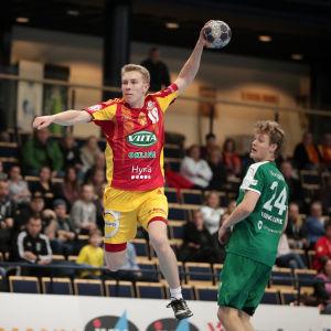 Roni Syrjälä har tagit sig förbi Alexander von Numers i cupfinalen i handboll mellan Cocks och GrIFK.