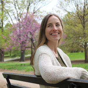 Toimittaja Anu Partanen Brooklynissä puistossa keväällä 2016.