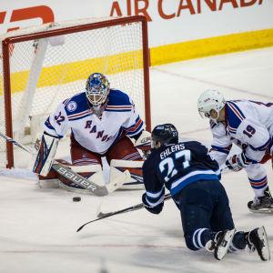 Antti Raanta räddar ett skott av Winnipeg-spelaren Nikolaj Ehlers.