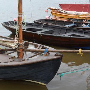 Båtar och ekor förtöjda vid en brygga i Lovisaviken.