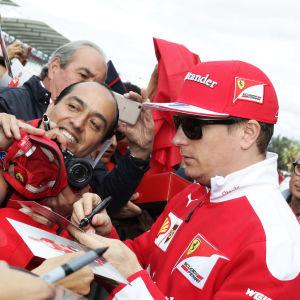 Kimi Räikkönen omringad av fans i Mexiko.