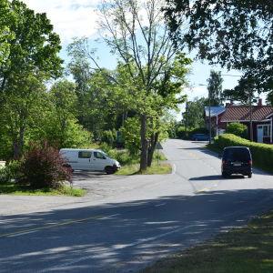 En bil kör på byvägen i Bromarv.