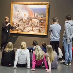 ungdomar tittar på en tavla