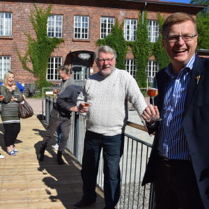 En massa människor står på en bro över Kopparforsen i Fiskars. Bron är ny och invigd 21 juli 2017.