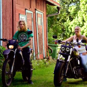 Max och hans mamma Tea på sina motorcyklar.