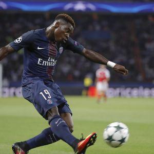 Serge Aurier sparkar en boll i matchen mot Arsenal i Champions League.