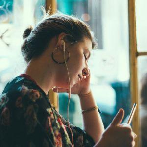 Person som lyssnar på musik.