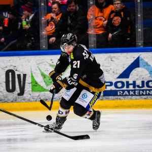 Antti Kalapudas med pucken utmanar Joonas Lehtivuori från HPK