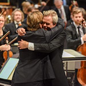Hannu Lintu ja Magnus Lindberg 6.12.2017 Magnus Lindbergin Tempus fugit -teoksen kantaesityksen jälkeen.
