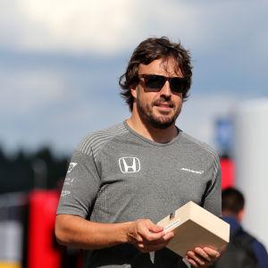 Alonso med en Honda t-tröja.