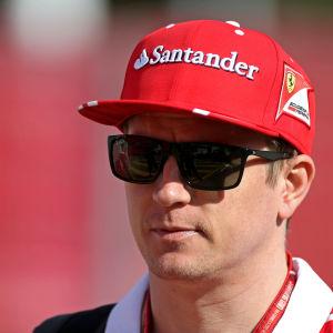 Kimi Räikkönen ser in i kameran.