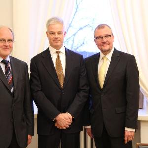 Vasa universitets styrelseordförande Johnny Åkerholm, Evald och Hilda Nissis Stiftelses styrelseordförande Juhani Lassila och Vasa universitets rektor Matti Jakobsson.