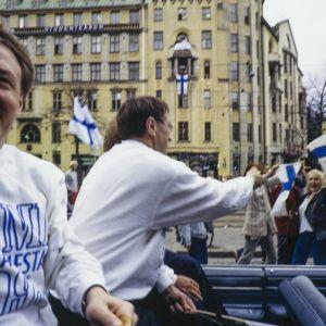 Suomen jääkiekkomaajoukkueen valmentajia juhlakulkueessa palattuaan jääkiekon maailmanmestaruuskisoista 1995