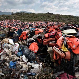 Högar av flyktingars flytvästar på den grekiska ön Lesbos, 15.3.2017.
