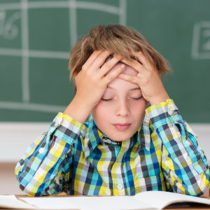 En pojke sitter i skolan
