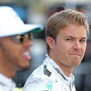 Nico Rosberg tittar på Lewis Hamilton.