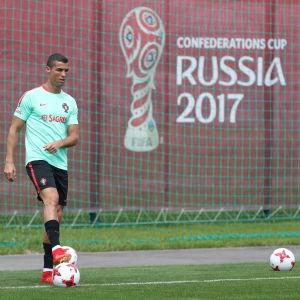 Cristiano Ronaldo förbereder sig för Confederations Cup omgiven av transferrykten.