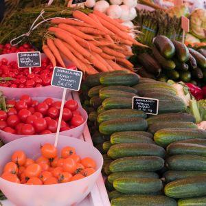 Kotimaisia vihanneksia kauppatorilla Helsingissä