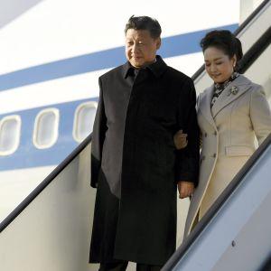 Kinas president Xi Jinping och hustrun Peng Liyuan stiger ut ur flygplanet på Helsingfors-Vanda flygplats den 4 april 2017.