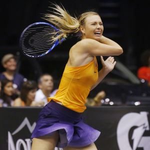 Maria Sjarapova slår boll.