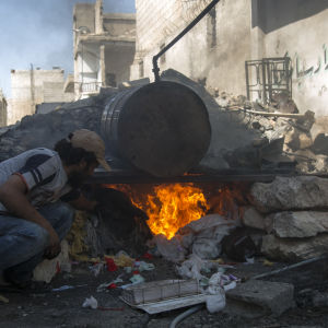 Belägrade civila i östra Aleppo tillverkar sitt eget bränsle av plastskräp. Över 80 liter bränsle produceras per vecka för generatorer och räddningsfordon