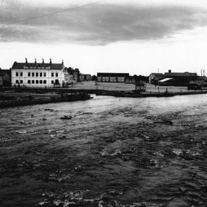 I. K. Inhan valokuvassa maisema Merikosken alajuoksulta laivarantaan Oulussa