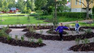 Barn leker i park