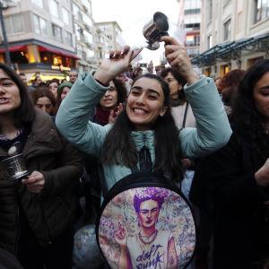 Protesterande kvinnor i Istanbul den 18 april 2017.