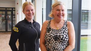 Idrottsinstruktör Mia Bäck och simhallsbesökare Kristina Ifström