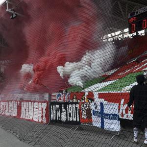 HIFK:s anhängare under fotbollsmatchen mot HJK 23 maj 2017.