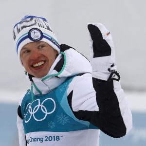 Iivo Niskanen vinkar efter OS-guldet.