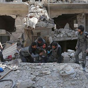 Ett sårat barn räddades ur en husruin i staden Hamouria, i östra Ghouta, på onsdagen 21.2. Huset ska ha utsatts för en flygräd av syriskt stridsflyg.