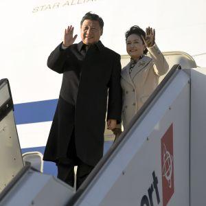 Kinas president Xi Jinping med hustru stiger ut ur ett flygplan