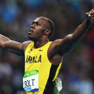 Usain Bolt gestikulerar efter segern på 200 meter i Rio.