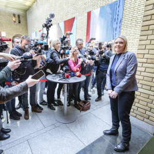 Sylvi Listhaug framför ett stort hav av journalister.