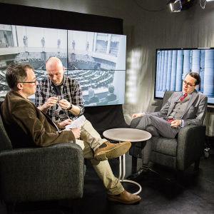 SFP:s ordförande Carl Haglund intervjuas av Svenska Yle