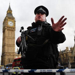 Polis skuffar undan folkmassor efter attacken utanför Westminister