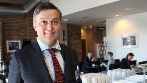Fredrik Pressler från Posintra på Konstfabriken i Borgå, han dricker en kopp kaffe före seminariet Framtidens lantdag