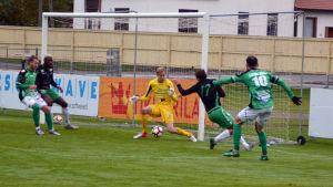 Irakli Sirbiladze skjuter mål mot Ekenäs IF.